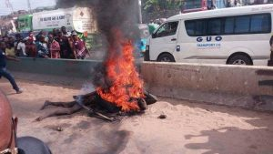 Armed Robbers Who Tried To Rob A Financial institution In Oyo State, Caught And Set Ablaze