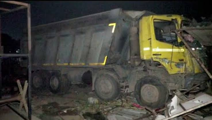 , Truck runs over sleeping workers, crushes 15 to death, Effiezy - Top Nigerian News & Entertainment Website