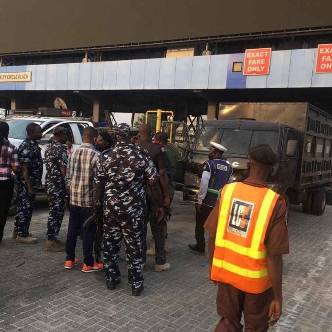 Police arrest some #OccupyLekkiTollGate protesters in Lagos (video)