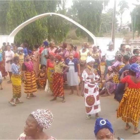 , Women Protest, block major roads in Edo over herdsmen crisis (photos), Effiezy - Top Nigerian News & Entertainment Website