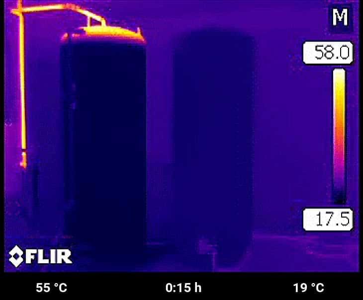Nach 15 Minuten kann beim Schichtspeicher schon das erste heiße Wasser zum Duschen verwendet werden. Der Speicher mit Heizstab ist noch nicht mal lauwarm.