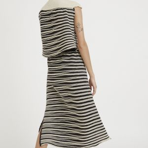 Loose fit A-shaped midi-length skirt, with lateral openings and an elastic waist.