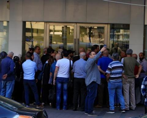 Crowd complaining in front of a bank