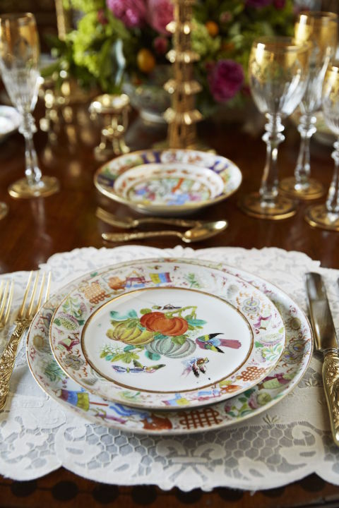 gallery-1478557915-holiday-place-setting-colorful