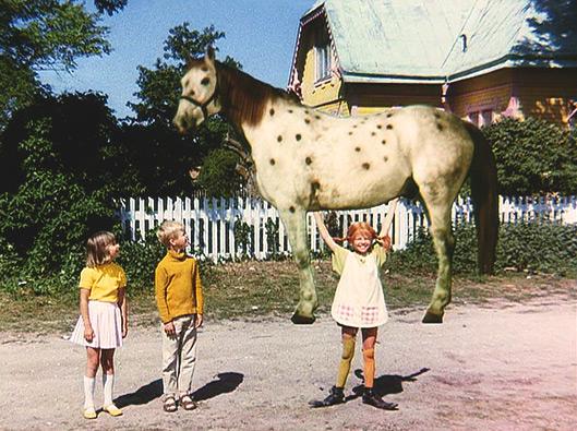 https://i0.wp.com/efraimstochter.de/medien/Filmbilder/Pippi-stemmt-den-Kleinen-Onkel-in-die-Luft.jpg