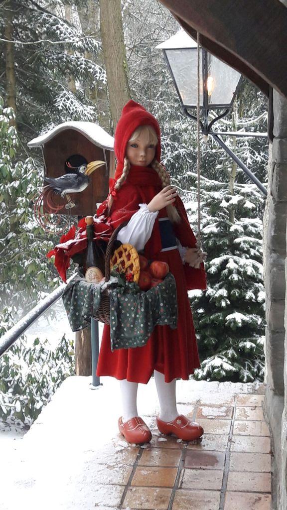 Roodkapje is gelukkig warm gekleed van huis gegaan. ©EftelWesley
