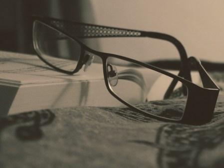 livre et lunettes - télétravail