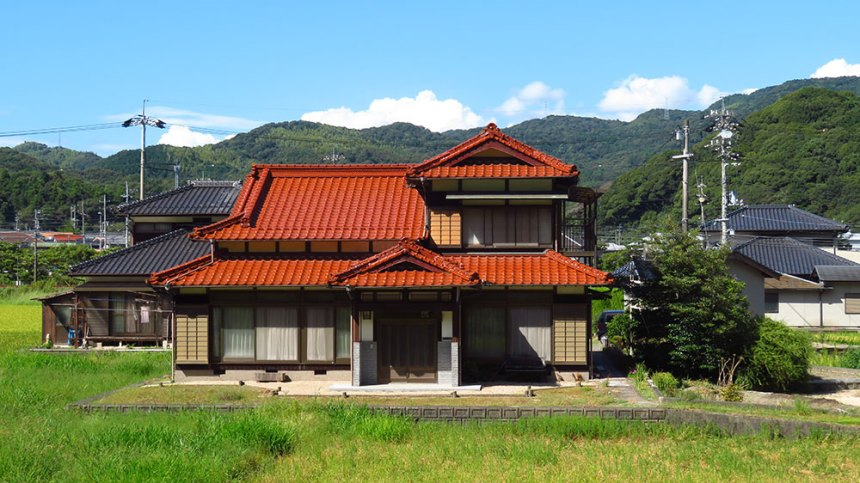 We realised that we'd taken no photos of a typical Japanese house in the country. So here's one.