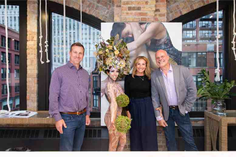 guests posing with the living statue in the eggersmann kitchens chicago showroom during the rndd gallery walk 2019