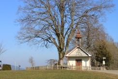 Notre bungalow est situé sur le territoire communal de Maierhöfen en Bavière. Juste au-dessus se trouve la frontière avec le Bade-Wurtemberg, au delà de laquelle trône une petite chapelle baroque. Sa cloche sonne tous les jours à 18 heures exactement.