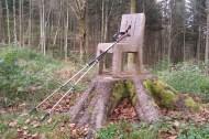 Des outils pour la randonnée qui me sont devenus précieux depuis peu : les bâtons. Quant à la chaise en bois, celle-ci a été directement sculptée sur le tronc.