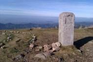 """Le sommet du Belchen (1414 m). Dans les Vosges voisines, le mot """"Belchen"""" traduit en français se dit """"ballon"""". En haut du Belchen, très belle vue panoramique sur les monts environnants de la Forêt-Noire, la plaine du Rhin, les Vosges et même les Alpes. La borne en premier plan date de 1790. Elle marquait à l'époque la frontière entre le margraviat de Bade et l'Autriche antérieure."""