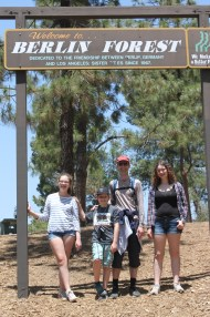 Matinée consacrée à l'assaut du mont Hollywood, qui se dresse dans le Griffith Park. Courte pause dans la Berlin Forest, une petite pinède au bord du chemin. La capitale de l'Allemagne est jumelée avec Los Angeles.