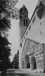 Photographie de la façade peu après son achèvement, 1935 (© A. Goissaud, «La nouvelle église Saint-Pierre de Chaillot à Paris », La construction moderne, 46, 1935, p.999).