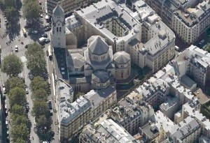 Vue aérienne de l'église (© Document .pdf de S. Texier, L'architecture religieuse au XXe siècle, http:/ /www.paris-belleville.archi.fr/UserFiles/Edif icesReligieux/2013-05-22_ 20004_Simon 20Texier.pdf, p.23).