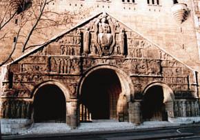 Tympan de l'église Saint-Pierre de Chaillot