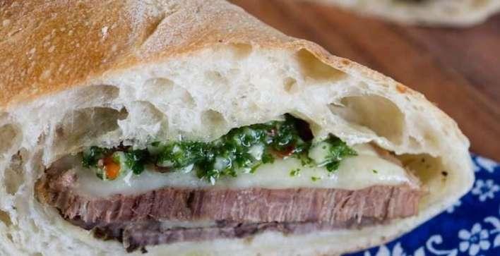Ciabatta de carne assada e chimichurri ciabatta de fermentação natural, carne asssada, molho chimichurri e queijo meia cura Foto Bella Cardim - Divulgação
