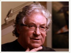 """Crhis Ross. Illustrateur britannique de Guernesey-né. Fait des études d'architecture et utilise des couleurs uniquesqui font la réputation de ses vaisseau spatiaux, connus pour avoir illustré la série «Fondation» de Isaac Asimov et pour de nombreuses couverture des romans de SF. A participé aux designs des films """"Alien"""", """"Superman"""", et """"AI"""" de Steven Spielberg."""