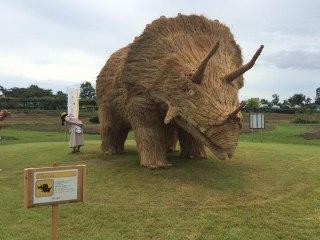 japon-paille-sculptures-dinosaures-7