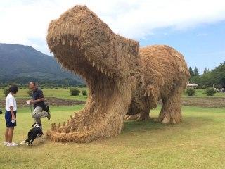 japon-paille-sculptures-dinosaures