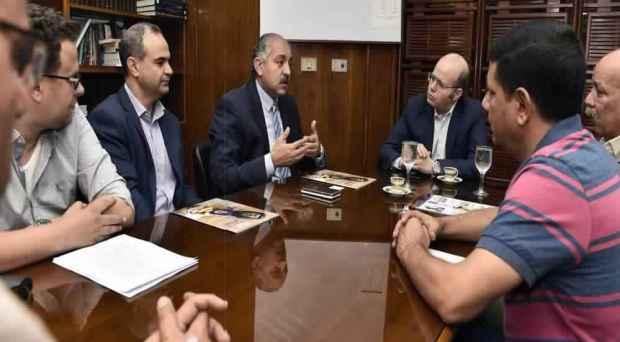 العامرى فاروق مع أسرة تحرير الأهرام العربى