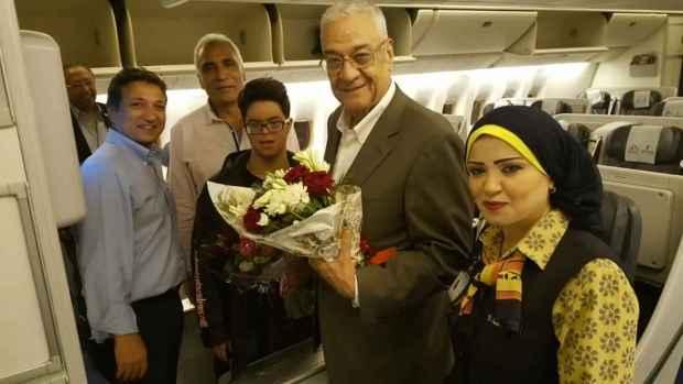 رئيس نادى الزهور يستقبل محمد الحسينى بعد انجازه بمحاوله عبور بحر المانش