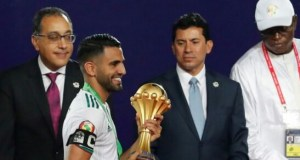 رياض محرز يحمل كأس أمم أفريقيا