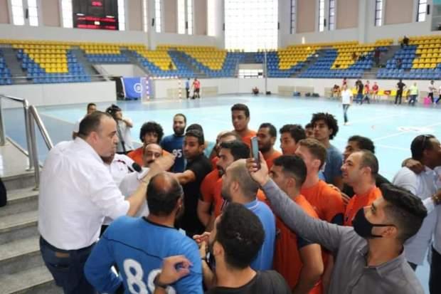 اسامه ابو زيد رئيس نادي الشمس مع اللاعبين