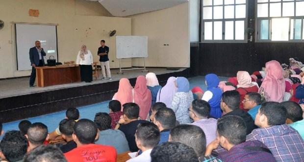 طلاب جامعة في المدرج