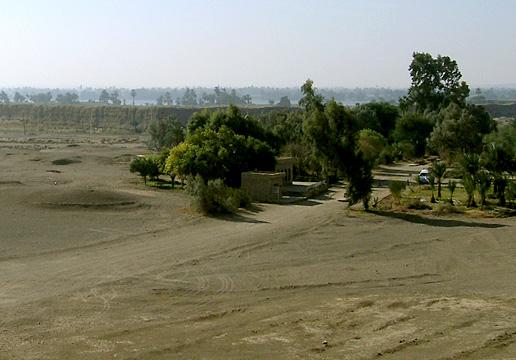El-Kab with the walls of Nekheb behind