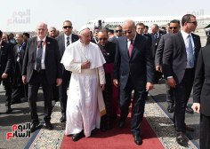 Pope Francis welcomed by the Egyptian prime minister in Cairo, Egypt (source: Youm7)