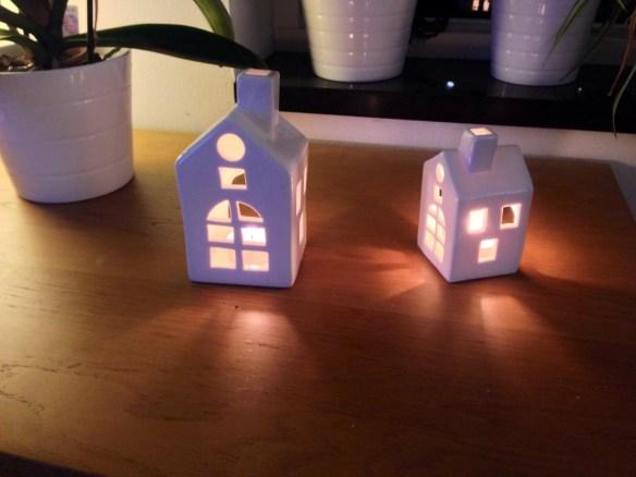 Små huse med lys i