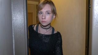 DEBT4k. Teen Schuldner zahlt für Schulden mit zartem Mund und Vagina