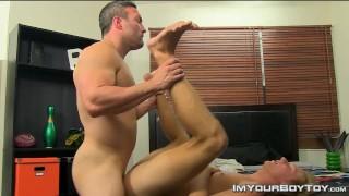 Muscular daddy Brock Landon cums on Evan Stones cute face