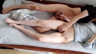 【素人・個人撮影】朝に性器を触り合ってたら、手マンと手コキじゃ我慢できなくなって寝バックしちゃいました♡