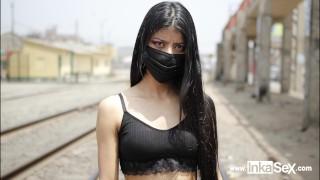 Petite modelo venezolana es abordada por peruano cerca a la línea del tren