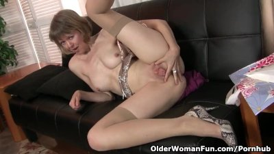 American milf Jamie Foster spreads her inviting cunt