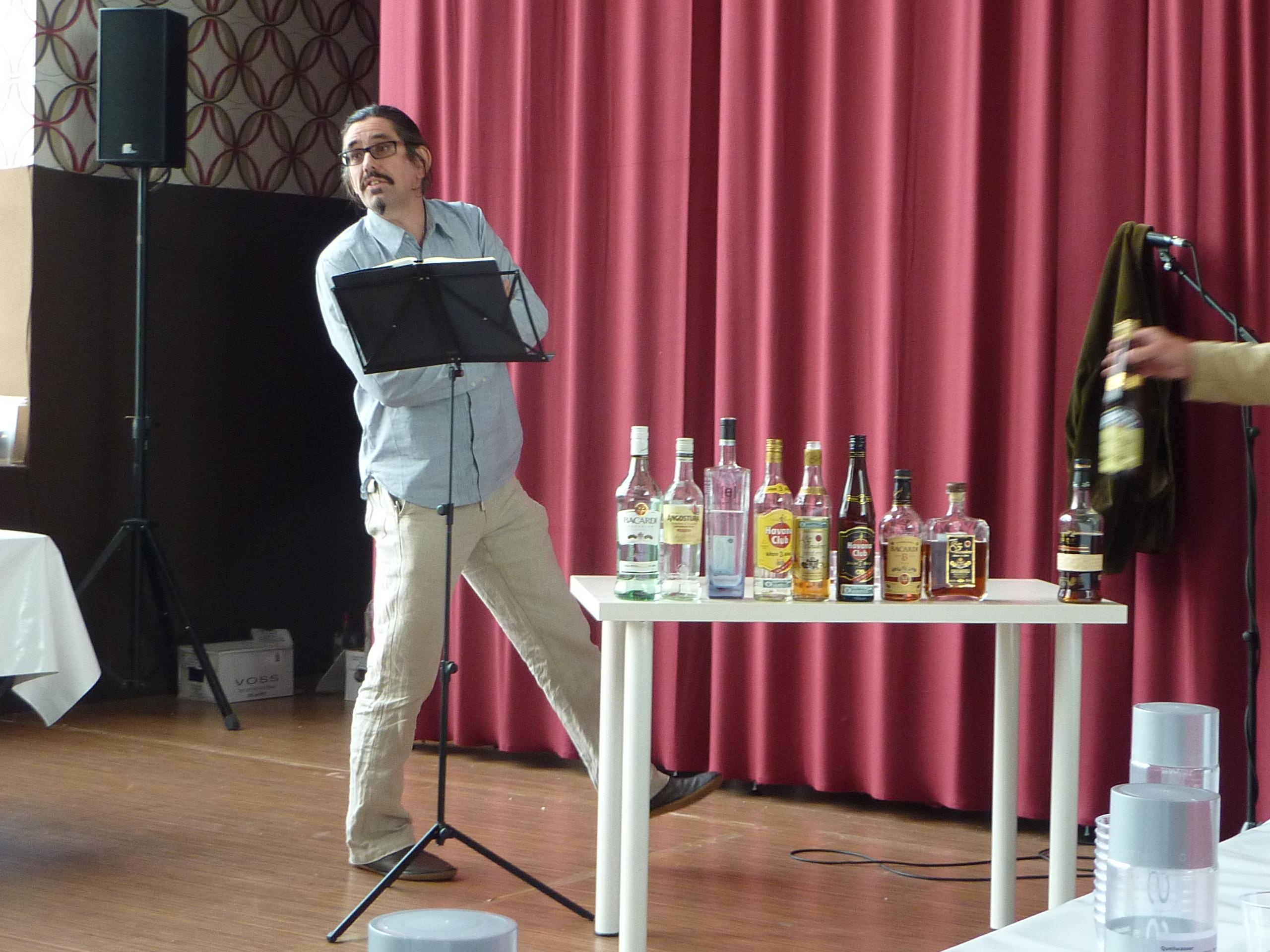 Dave in seinem Element. Dabei entgeht ihm der freche Rum-Grabscher, rechts im Bild.