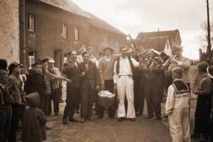 Foto aus der letzten Zeitzeugen-Ausstellung: Eiersammlung am Veilchendienstag in Uedelhoven/Eifel 1962. Bild: Privatsammlung Erwin Stein