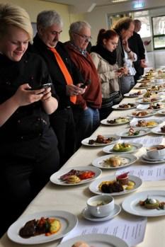 Die elf besten Koch-Azubis des Landes NRW traten in Kall zum zweitägigen Wettbewerb um die Teilnahme am Bundesentscheid in Frankfurt an. Sieger wurde Jan Semmelhack vom Bonner Hotel Mameha Grand Bonn. (Bild: Reiner Züll)