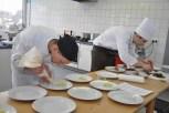Die elf besten Koch-Azubis des Landes NRW traten in Kall zum zweitägigen Wettbewerb um die Teilnahme am Bundesentscheid in Frankfurt an. (Bild: Reiner Züll)