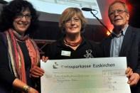 32.500 Euro konnte der ehmalige Leiter der Kinderkrebsstation der Bonner Uni-Klinik, Dr. Udo Bode (rechts) entgegennehmen. Seit Jahren finanziert die Hilfsgruppe Eifel der Klinik zwei Ambulanzschwestern, die krebskranke Kinder aus der Eifel betreuen. (Foto: Reiner Züll)