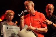 Von der Kreissparkasse (Mitte) bekam die Hilfsgruppe einen Scheck über 2500 Euro. Einen Scheck über 40.000 Euro übergab die Hilfsgrupe an die DKMS (links). (Foto: Reiner Züll)