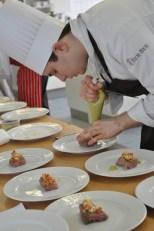 Auch Azubi Marceau Wißkirchen vom Kölner Hotel Wasserturm zeigte seine Kochkünste in Kall. (Bild: Reiner Züll)