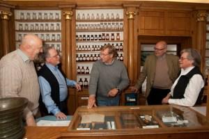 In der Schwanen-Apotheke in Bad Münstereifel informierten sich Stiftungspräsident Voigtsberger (Mitte) und Prof. Schumacher (links) bei den Mitgliedern des Förderkreises für Denkmalpflege. Bild: NRW-Stiftung