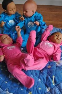 """Mit diesen Säuglings-Simulatoren soll junge Menschen erahnen könen, was es heißt, """"Papa"""" oder """"Mama"""" zu sein. Bild: Carsten Düppengießer"""