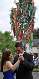 Tanz im Schatten des stolzen Maibaumes: Andreas Geusen und Anika Bartoly sind das Maikönigspaar 2014 in Kall. (Foto: Reiner Züll)