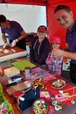 Bonbonmacher Florian Belgard (rechts) zeigt den Kindern, wie die süßen Bonbons und Lutscher hergestellt werden. (Foto: Reiner Züll)