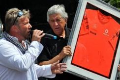 Ein T-Shirt des Mercedes-McLaren-Formel-1-Rennstalles mit den Unterschriften der Formel-1-Fahrer Sergio Perez und Jenson Button wurde versteigert. (Foto: Reiner Züll)