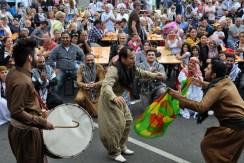 In Euskirchen wohnende Iraker hatten sich am Sonntag spontan zu einer Folkloregruppe formiert, um bei der Hilfsgruppe, die einem Landsmann sein Leben gerettet hat, zu bedanken. (Foto: Reiner Züll)